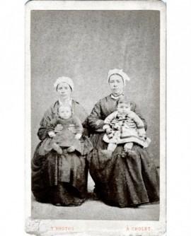 Femmes en coiffe assises (nourrice) avec un enfant