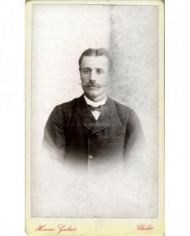 Portrait d'un homme à moustache effilée