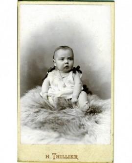 Bébé en chemise assis