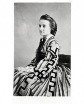 Portrait d'une jeune femme en robe ornée de motifs à la grecque