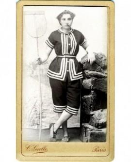 Jeune fille en robe et chapeau de plage, une épuisette à la main (marin)