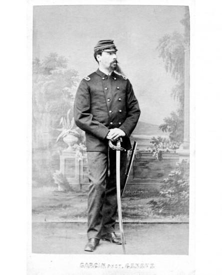 Militaire à barbiche en pointe debout appuyé sur son sabre