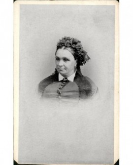 Portrait d'une femme au chignon serré par un ruban à noeud