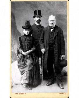 Couple en chapeau avec un homme âgé chapeau à la main