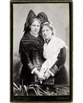 Deux femmes en costume alsacien et lorrain