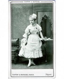 Actrice en robe blanche décolletée devant une coiffeuse (Théo, du Théâtre des Bouffes parisi