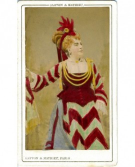 Actrice en robe de scène debout, avec crête de coq sur la tête (Thérésa, de la Gaîté)