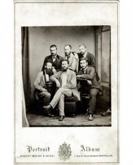 Groupe de six jeunes hommes barbus (trois assis et trois debout)