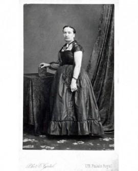 Femme en robe décolletée à manches courtes, album photo