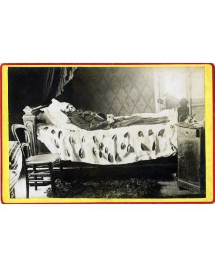 Photographe mortuaire homme couché, crucifix entre les mains