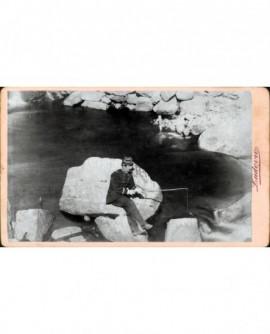 Capitaine assis sur un rocher... pêchant à la ligne