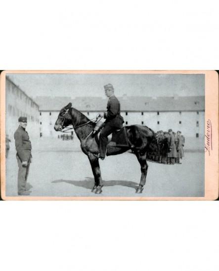Officier de cavalerie sur un cheval dans sa garnison