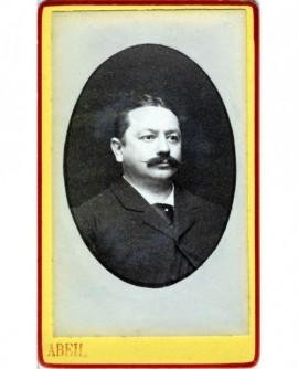 Portrait d'un homme à la moustache effilée