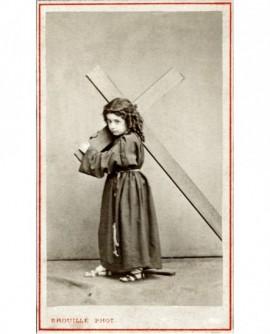 Enfant habillé en Jésus portant sa croix