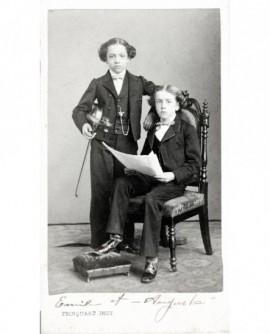 Garçons en habit tenant un violon (Emile et Auguste Sauret)
