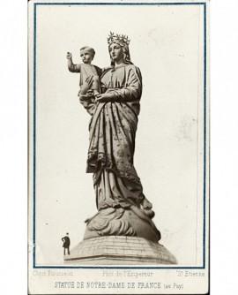 Statue de Notre-Dame de France (au Puy), avec homme au pied