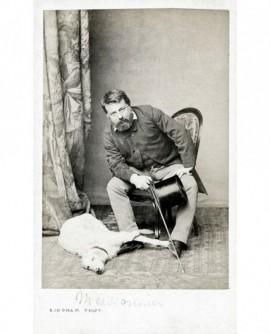 peintre Ernest Meissonnier avec canne, haut de forme, chien
