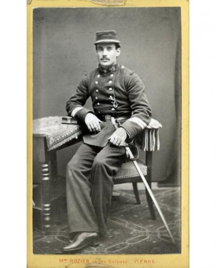 Militaire( sergent) du 99è en képi assis avec sabre