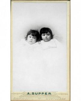 Portrait de deux fillettes habillées de blanc