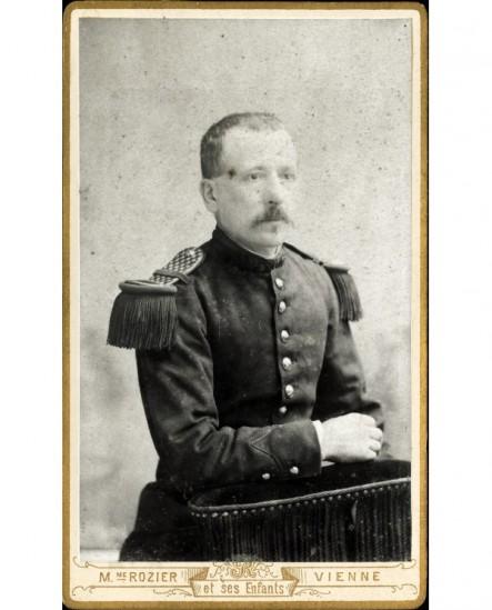 Portrait d'un militaire moustachu