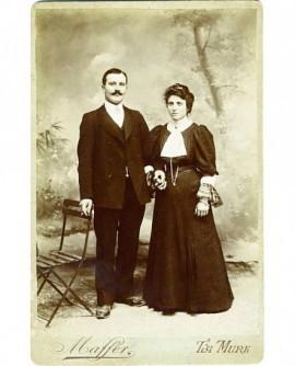 Couple de mariés en costume de ville, main dans la main ( Alice et Léon Serre-Combe)