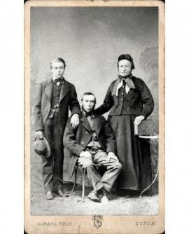 Famille: père barbu assis entre sa femme et son fils