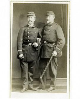 Deux lieutenants barbichus (réservistes?) tenant leur sabre