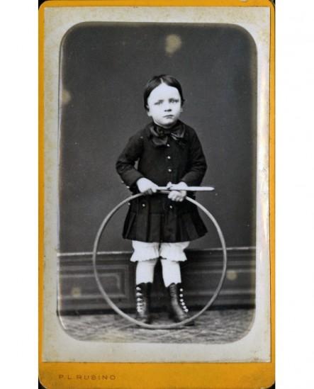 Garçon avec baguette et cerceau (jouet)