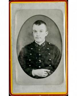 Militaire du 37ème d'artillerie cigare à la main