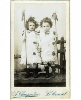 Deux enfants habillés en petits Saint Jean (peau de mouton et houlette à croix)