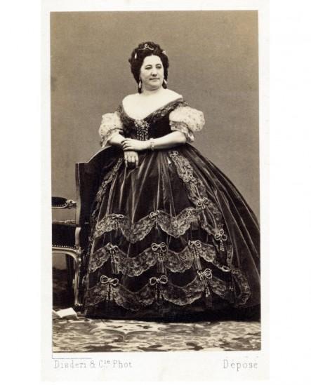 Femme forte debout en robe décolletée ( Emélie Guyon)