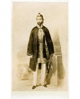 Homme debout coiffé d'un fez ( Sultan)
