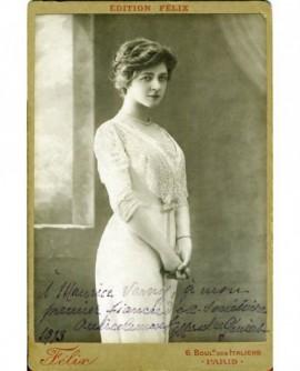 Jeune fille en robe-fourreau blanche, langoureuse, mains croisées