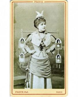 Actrice au casque ailé portant des pendules sur un jouquet ( J. Granier)