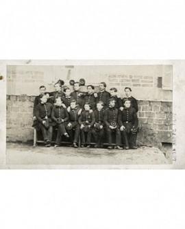 Groupe de collégiens en uniforme