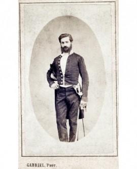 Homme barbu debout en uniforme, avec épée et bicorne (préfet?)