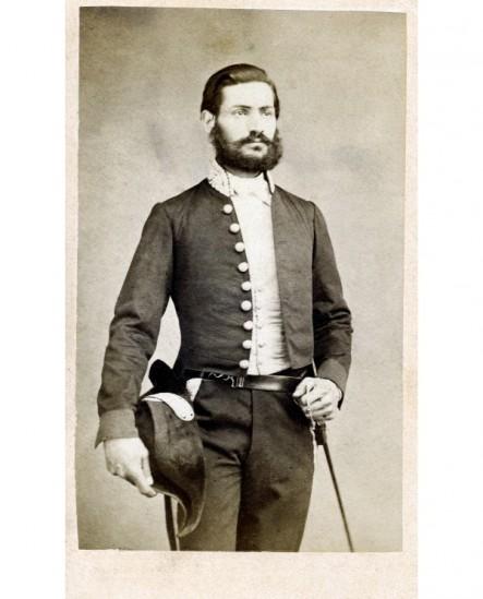 Homme posant debout en uniforme, avec épée et bicorne