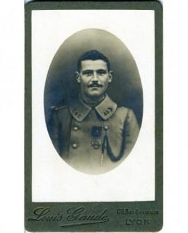 Militaire moustachu du 142è décoré de la croix de guerre
