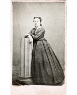 Femme en robe debout