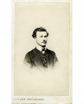 Portrait d'un homme frisé moustachu