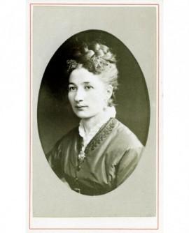 Portrait d'une femme au chignon tressé