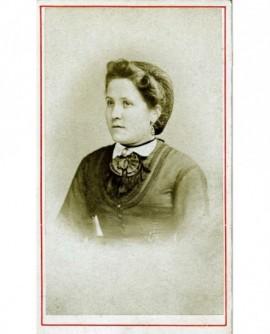 Portrait d'une femme aux cheveux retenus par un filet