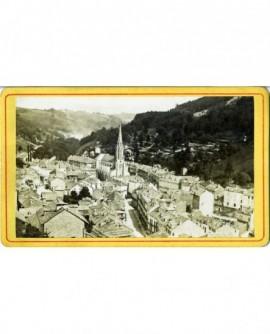 Vue d'un village-rue dans une vallée vosgienne