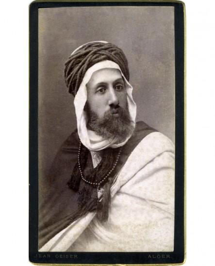 Homme barbu en costume algérois traditionnel (avec chéche)