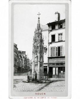 Vue fontaine de la Croix de Pierre à Rouen (entrée rue Eau-de-Robec