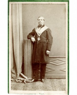 Homme debout avec cordon de franc-maçon