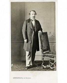 Napoléon III en costume bourgeois debout