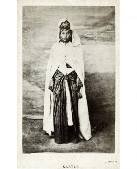 Femme kabyle debout hiératique