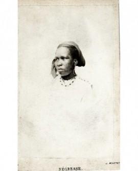 Portrait d'une femme noire, coiffée d'un madras