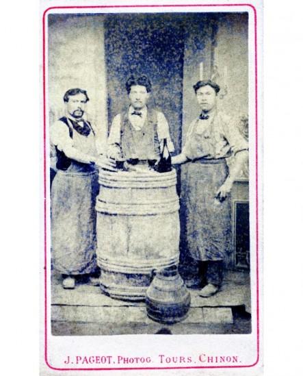 3 ouvriers en tablier autour d\'un tonneau ou bouteille et 3 verres